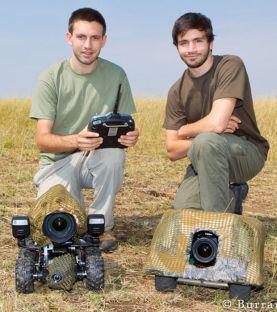 will-burrard-lucas-a-gauche-et-matt-burrard-lucas-a-droite-avec-deux-beetlecams-dans-la-reserve-naturelle-de-masai-mara-au-kenya-credit-photo-burrard-lucas_44238_w620-1